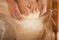le-mani-del-s-dei-bambini-e-le-mani-di-sua-madre-ed-impastano-il-tog-della-pasta-80423715